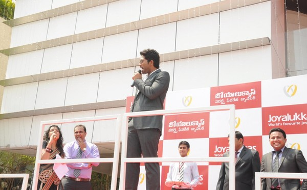Allu Arjun at Joyalukkas Showroom at Vijayawada, Hyderabad